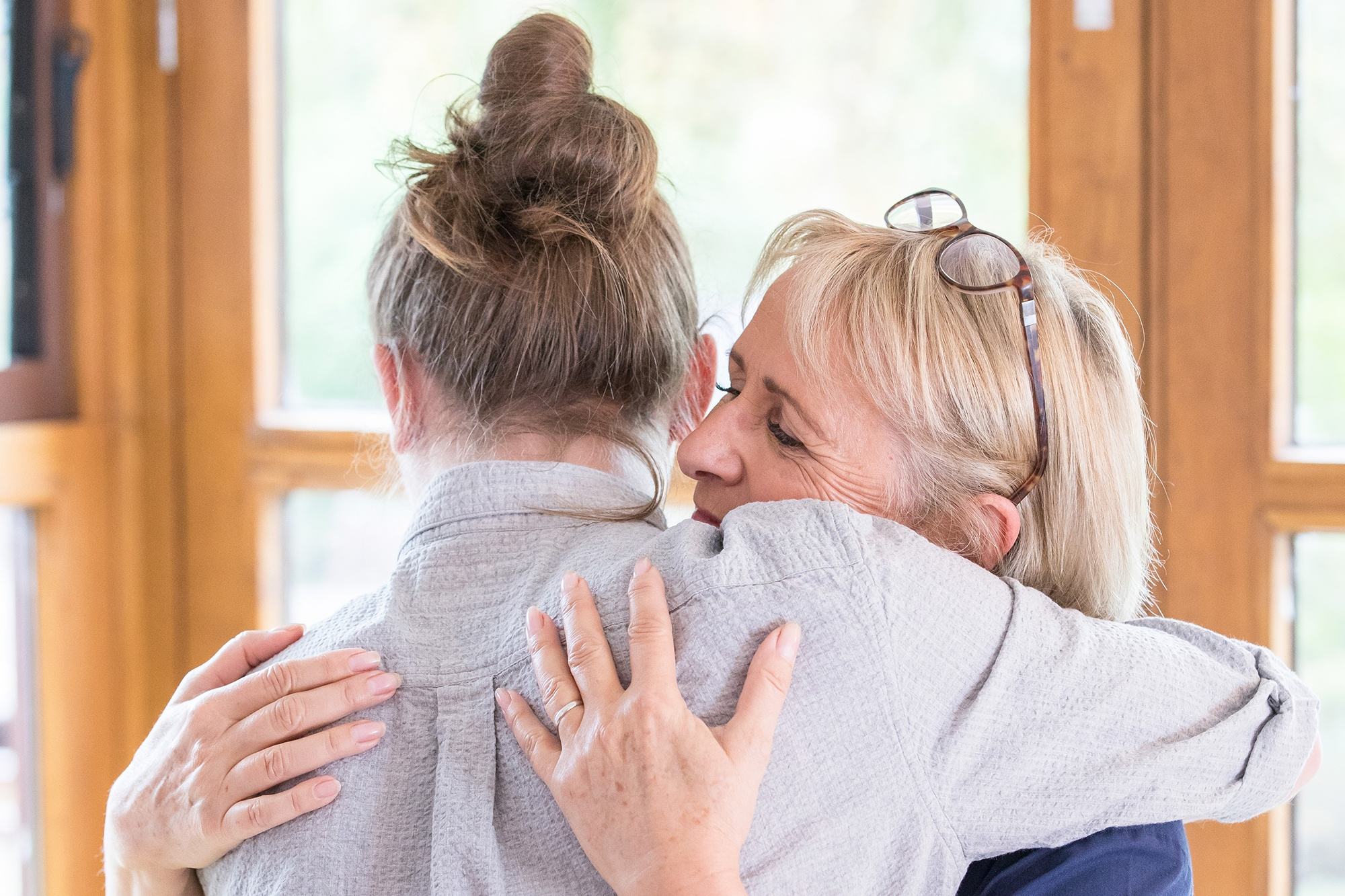 Image of a Sue Ryder nurse with her arms around a patient
